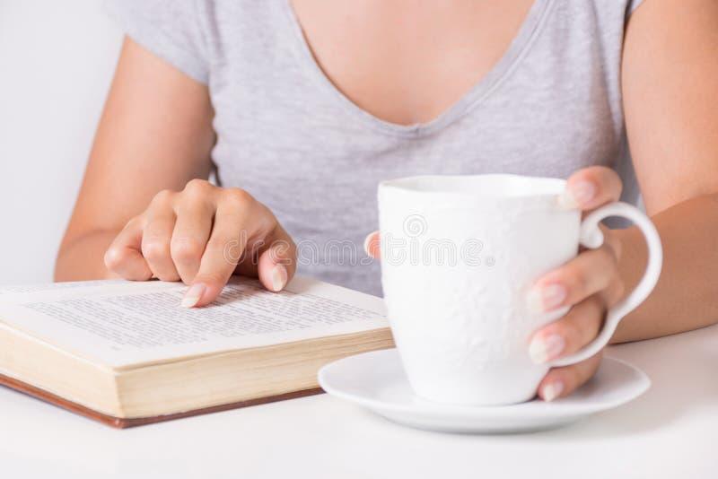 Läseboken och innehavet för ung kvinna fingrar på ord arkivfoto