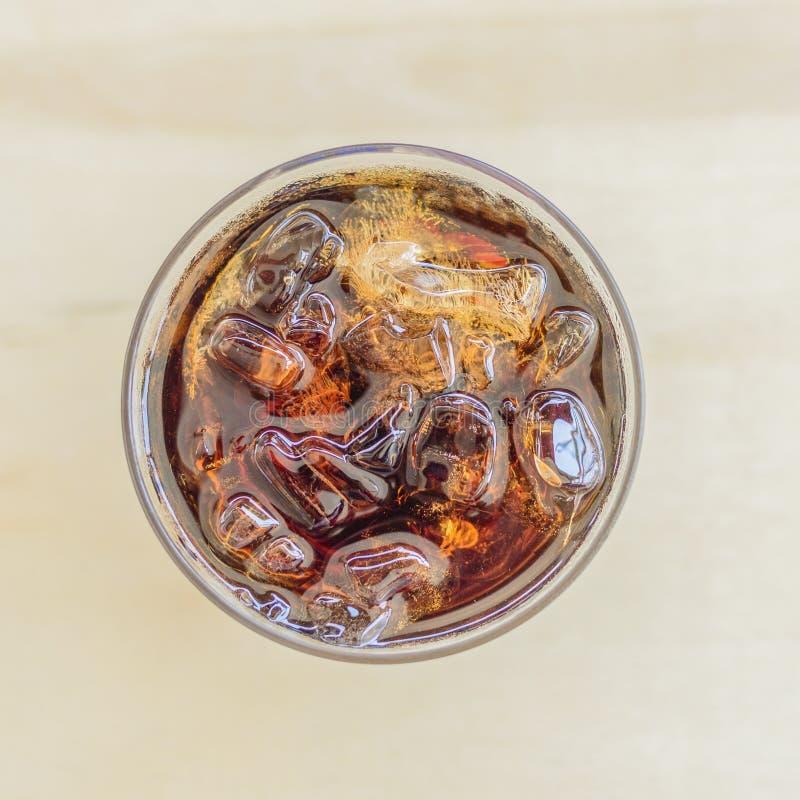 Läsk i exponeringsglas med is royaltyfria foton