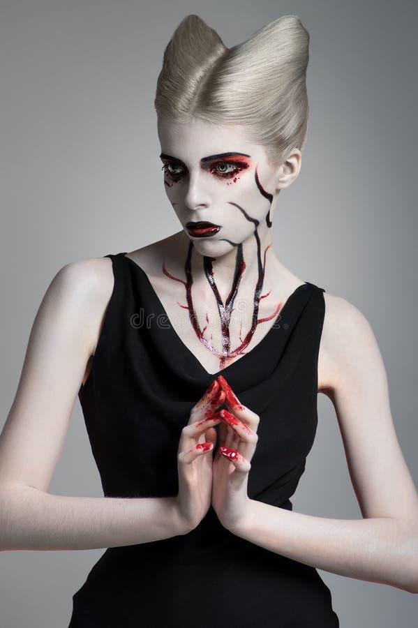 Läskig flicka med blodig kroppkonst arkivbilder