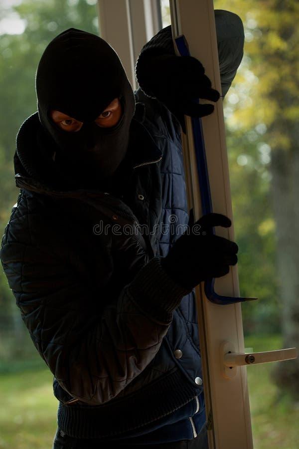 Läskig maskerad inbrottstjuv arkivbilder