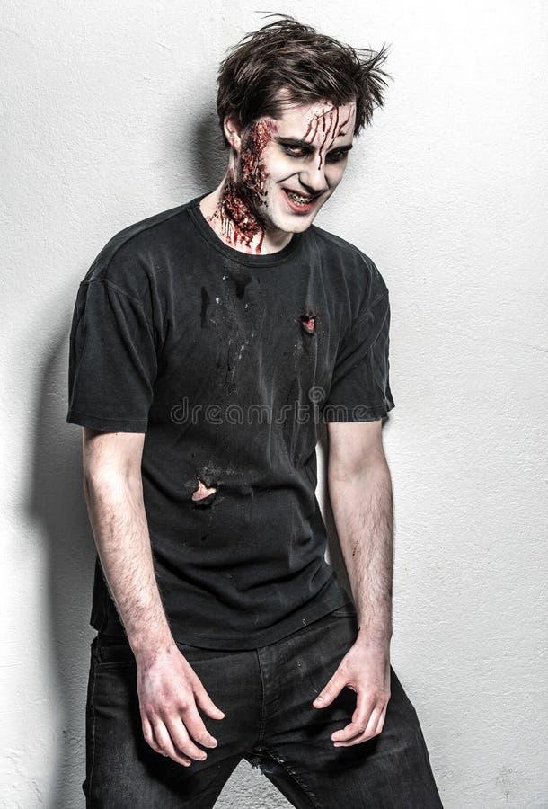 Läskig och blodig levande dödman fotografering för bildbyråer