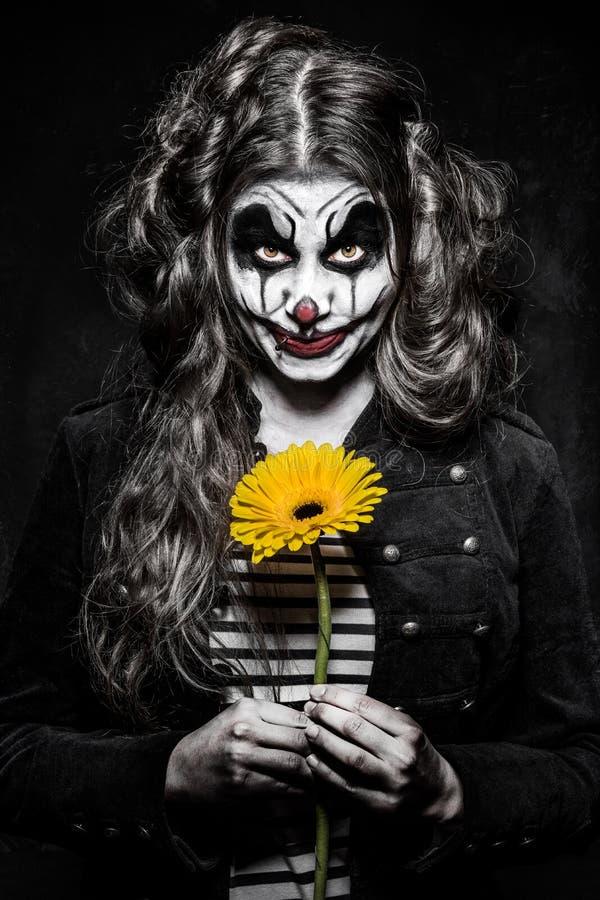 Läskig ond clownflicka royaltyfri foto