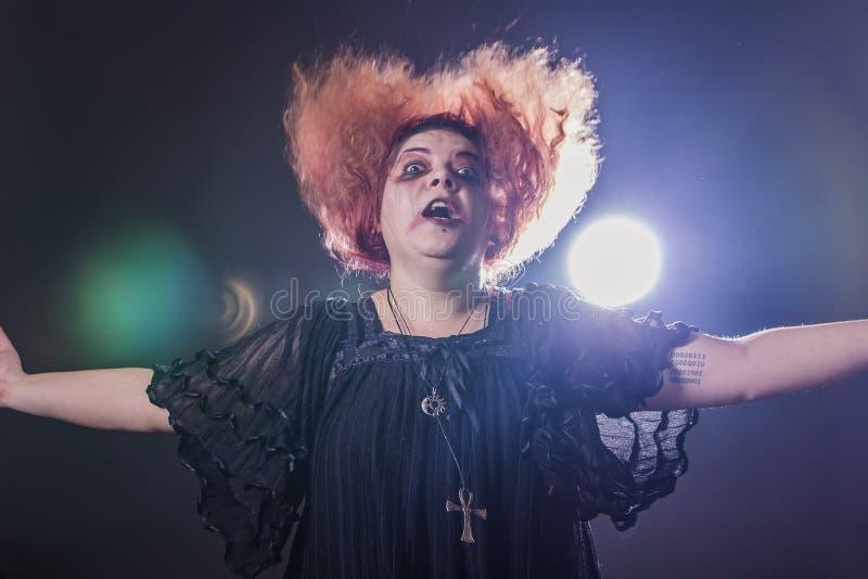 Läskig seende kvinna med rött hår royaltyfri foto