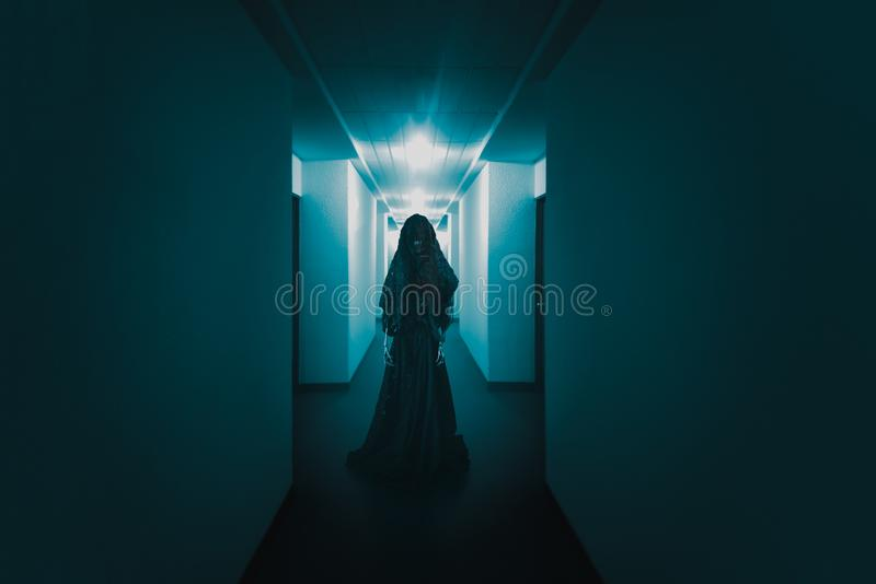 Läskig spöke som lurar i en bild för hall/för hög kontrast fotografering för bildbyråer