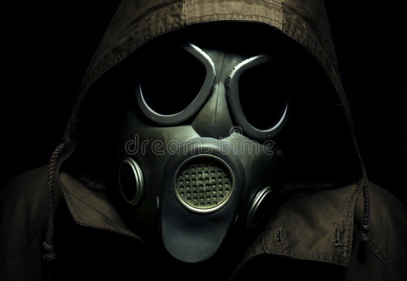 Läskig stående av en gasmask royaltyfri foto