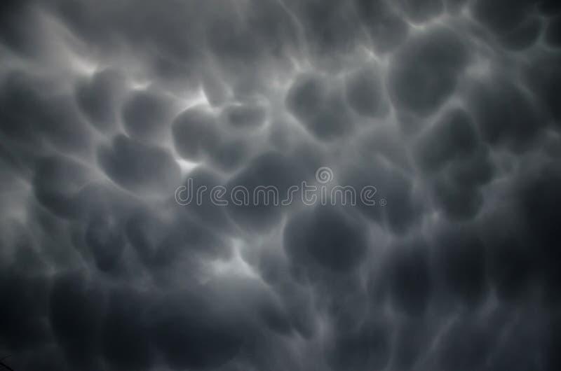 Läskiga mörka moln i himlen royaltyfria foton