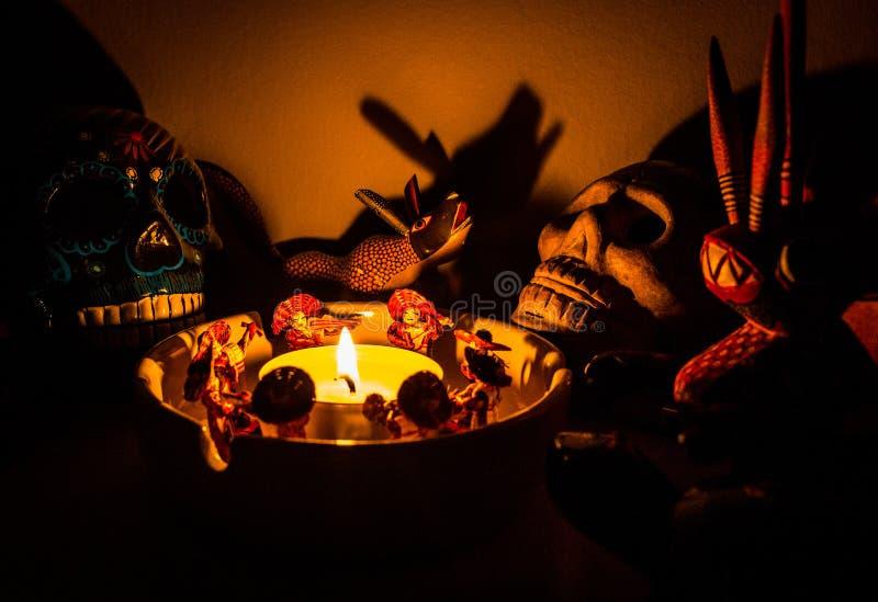 Läskiga medicinmanritualdiagram runt om en stearinljus på natten royaltyfri fotografi
