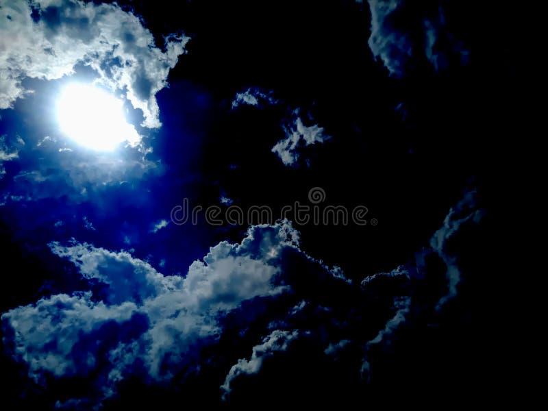 läskiga moln på det svartvita molnet arkivfoton