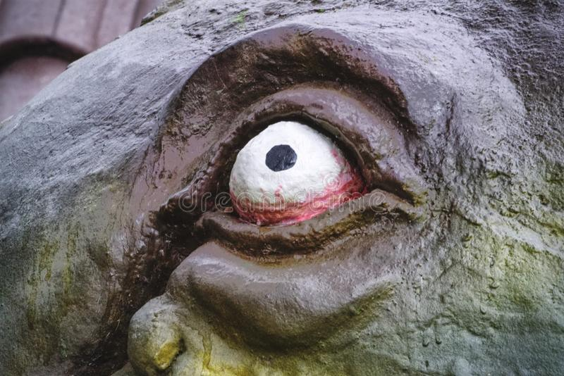 Läskigt öga av en gigantisk skulptur arkivbilder