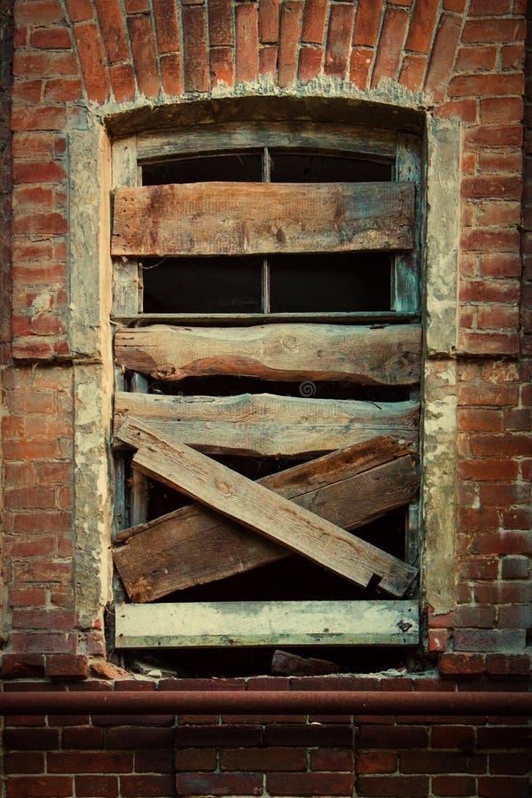Läskigt gammalt fönster arkivbilder