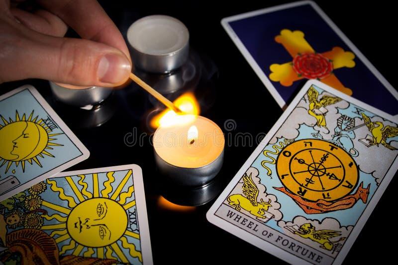 Läsning av målkort Juldivinism, ritual, ritual Magisk kristaller, ljus Att förutsäga framtiden Kärlekstavelse Köksfartyg. royaltyfria bilder