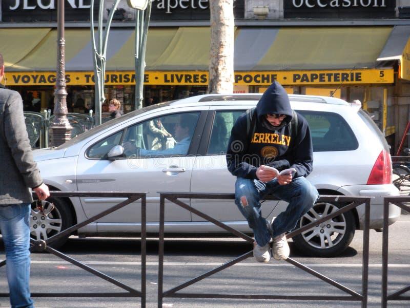 Läsning för ung man i den latinska fjärdedelen, Paris, Frankrike royaltyfri fotografi