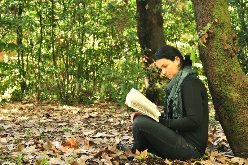 Läsning i natur är min hobby royaltyfria bilder