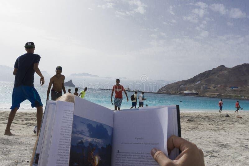 Läsning på stranden arkivfoton