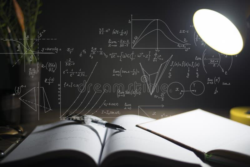 Läsningtabell på natten, med matematiska formler royaltyfri bild