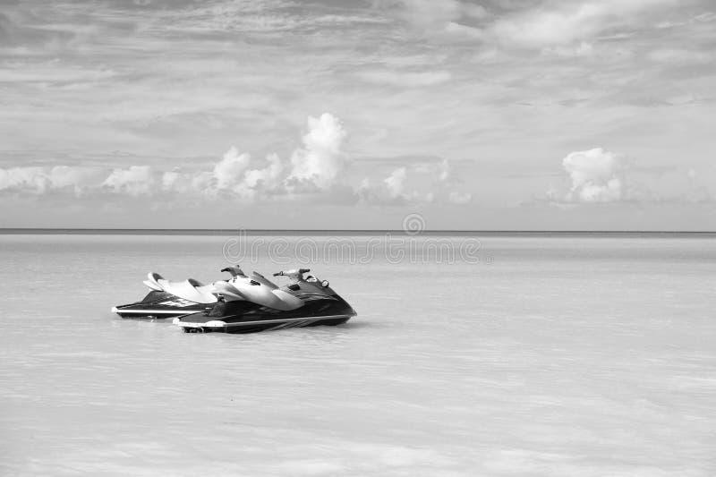Lässt Fahrt Seetürkiswasser-Paare Watercrafts nähern sich Strand Tropische Ferien der extremen Unterhaltung Beste Urlaubsorts stockbilder