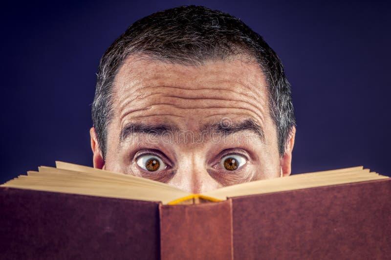 läst bok arkivbild