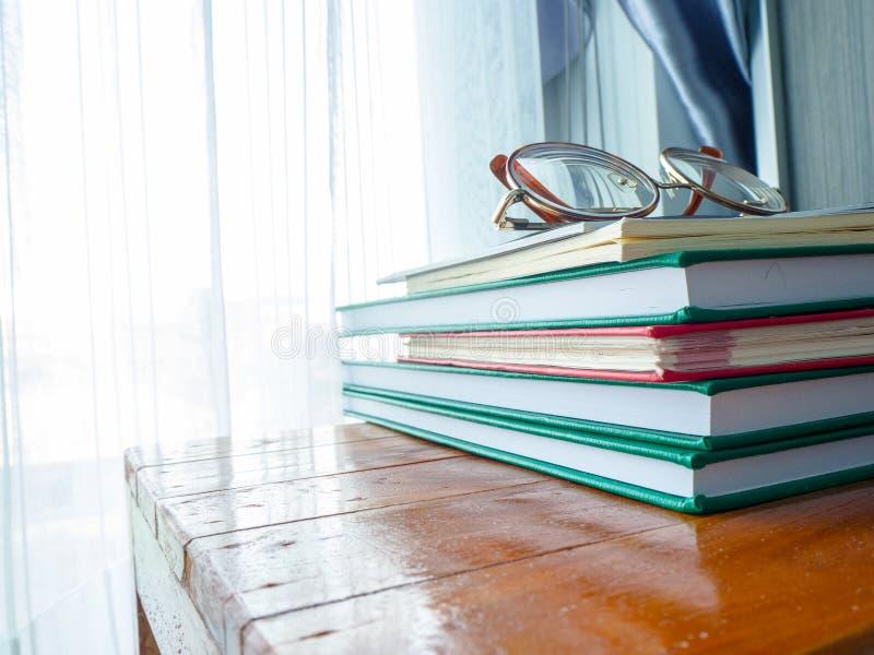 Lästa böcker, förhöjningkunskap på helgerna fotografering för bildbyråer