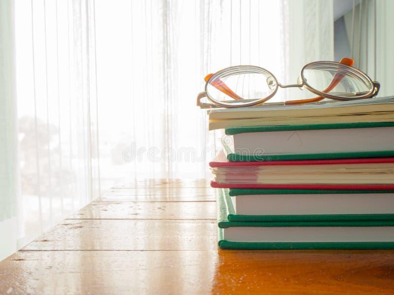 Lästa böcker, förhöjningkunskap på helgerna royaltyfria foton