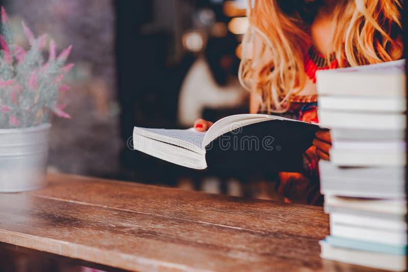 Lästa böcker i deras extra- tid royaltyfri fotografi