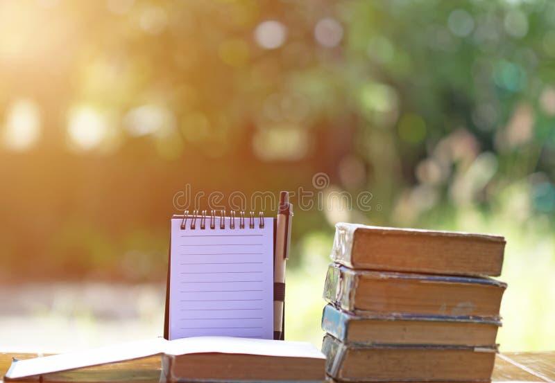 Lästa böcker med anmärkningar och bokehsuddighetsbakgrund fotografering för bildbyråer