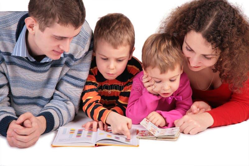 lästa bokbarnföräldrar royaltyfria foton