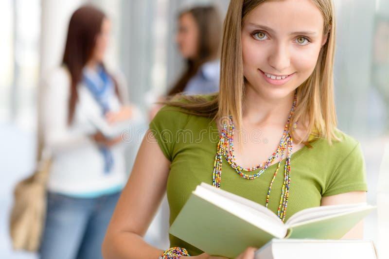 Läste den tonårs- deltagarekvinnlign för högstadiet boken royaltyfri bild