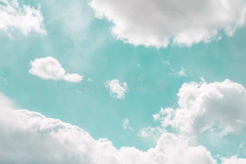 Lätt grönt mint mjukt skal med vackra vita moln arkivbild