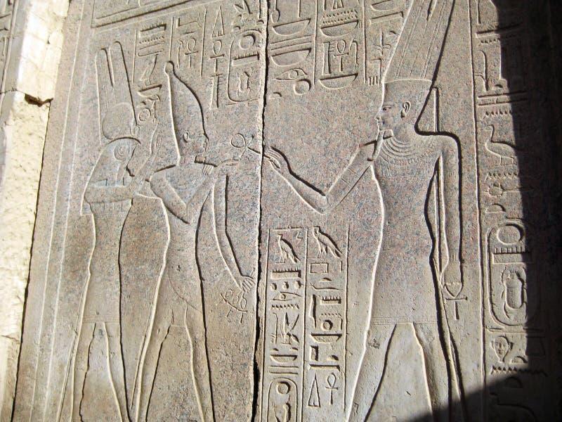 Lättnad av de egyptiska gudarna och pharaohsna royaltyfri bild