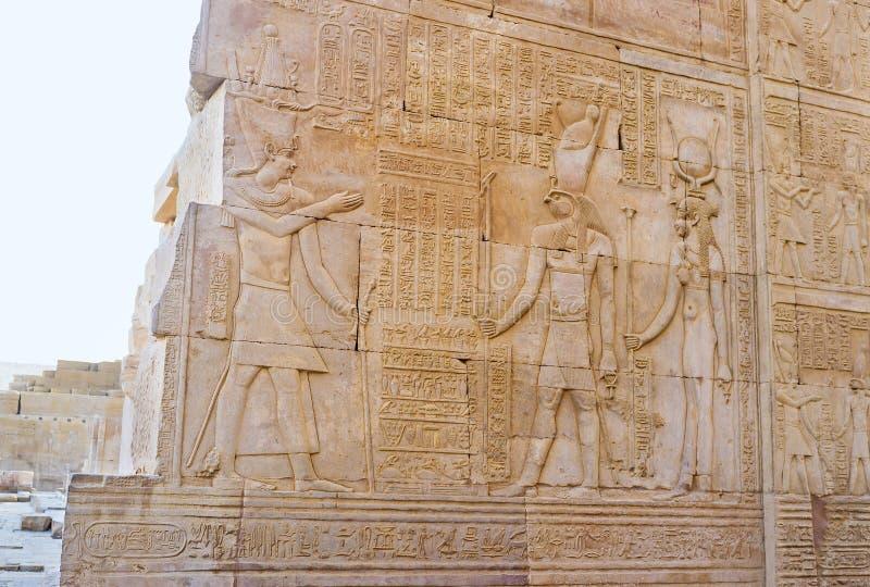 Lättnaden med Horus i den Kom Ombo templet royaltyfria bilder