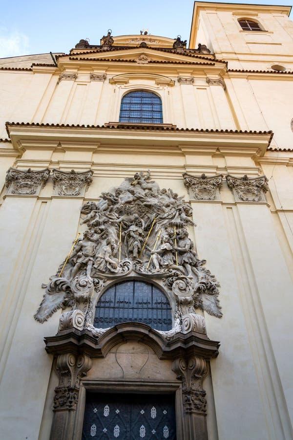 Lättnadsskulptur på fasaden av kyrkan av helgonet James The Greater med den Minorite kloster i gammal stad av Prague, Tjeckien arkivfoto