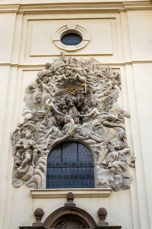 Lättnadsskulptur på fasaden av kyrkan av helgonet James The Greater med den Minorite kloster i gammal stad av Prague, Tjeckien arkivfoton