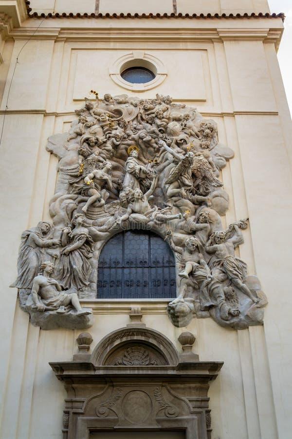 Lättnadsskulptur på fasaden av kyrkan av helgonet James The Greater med den Minorite kloster i gammal stad av Prague, Tjeckien arkivbilder