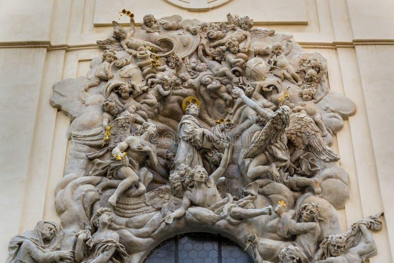 Lättnadsskulptur på fasaden av kyrkan av helgonet James The Greater med den Minorite kloster i gammal stad av Prague, Tjeckien royaltyfria foton