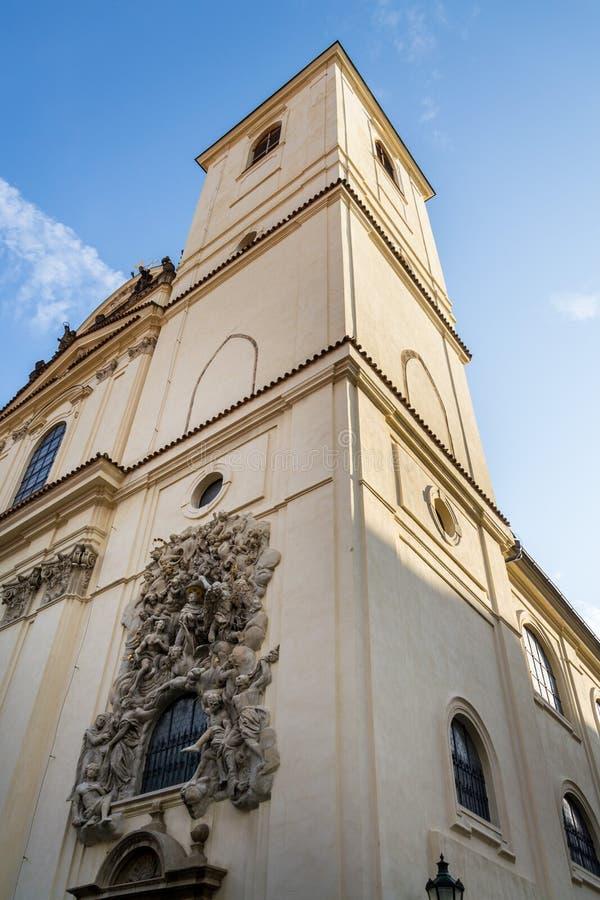 Lättnadsskulptur på fasaden av kyrkan av helgonet James The Greater med den Minorite kloster i gammal stad av Prague, Tjeckien royaltyfri bild