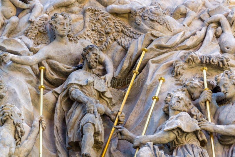 Lättnadsskulptur på fasaden av kyrkan av helgonet James The Greater med den Minorite kloster i gammal stad av Prague, Tjeckien royaltyfria bilder
