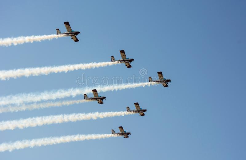 Lättvikts- instruktörflygplan Bildandeflyg med rök arkivfoto