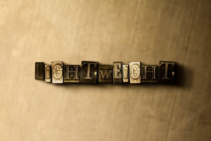 LÄTTVIKTS- - närbild av det typsatta ordet för grungy tappning på metallbakgrunden royaltyfria bilder