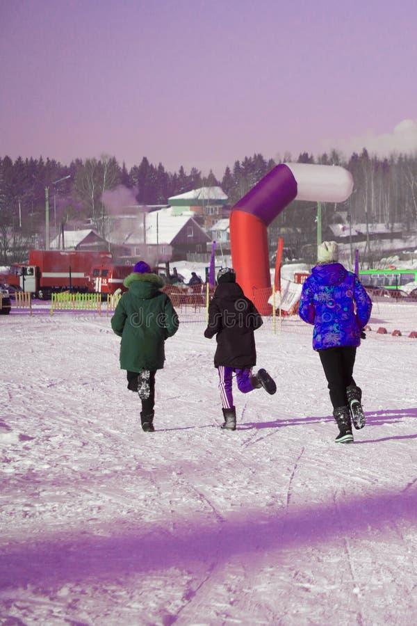 Läufer-Athleten sind auf der Anfangszeile und bereiten sich für das Rennen vor Breitensportereignis Kein Winter im Schnee unter w stockfoto