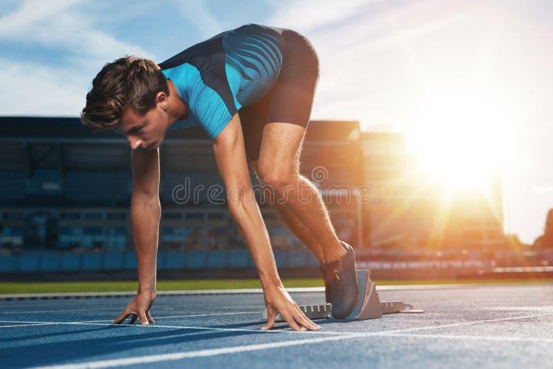Läufer auf dem Kennzeichen an Anfangszeile lizenzfreie stockfotos
