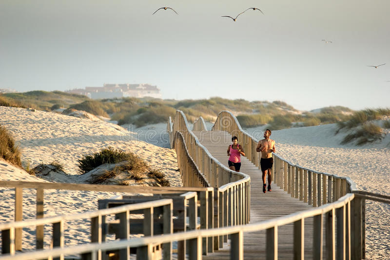 Läufer auf dem Strand stockfoto