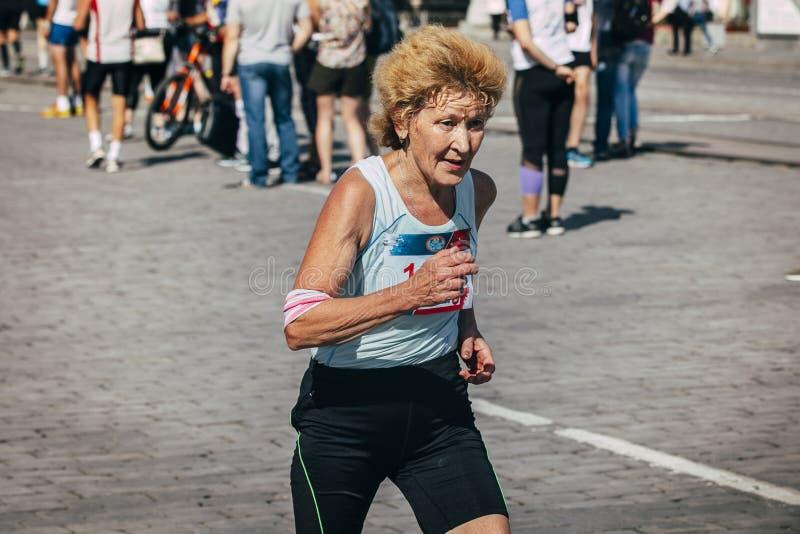 Läufer der alten Frau konkurriert stockfotos