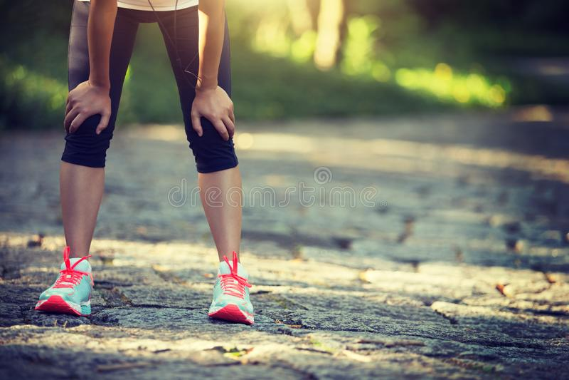 Läufer, der eine Pause macht stockbilder