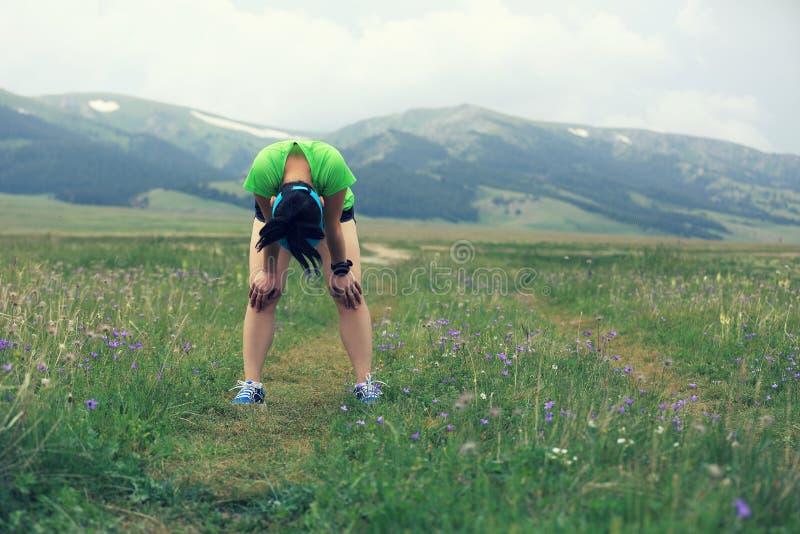 Läufer, der eine Pause macht, nachdem auf Schneise stark laufen lizenzfreie stockfotos