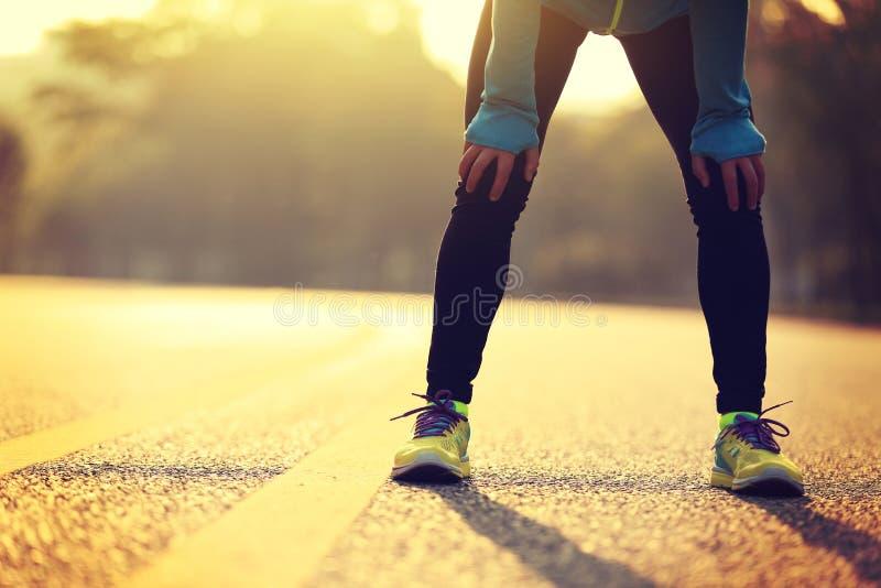 Läufer, der eine Pause macht, nachdem auf Stadtstraße stark laufen lizenzfreie stockbilder
