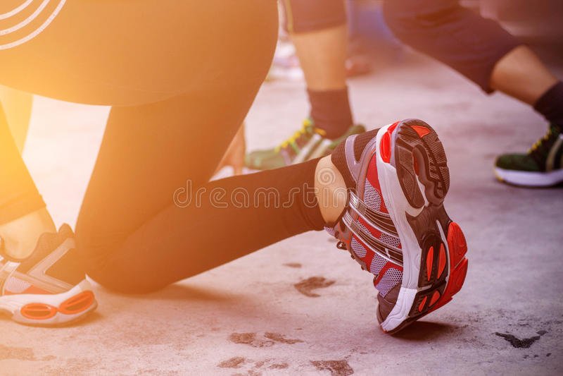 Läufer, die auf den Boden sich vorbereiten stockfoto
