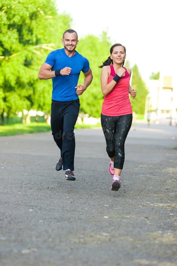 Läufer, die draußen ausarbeiten ausbilden stadt lizenzfreies stockfoto