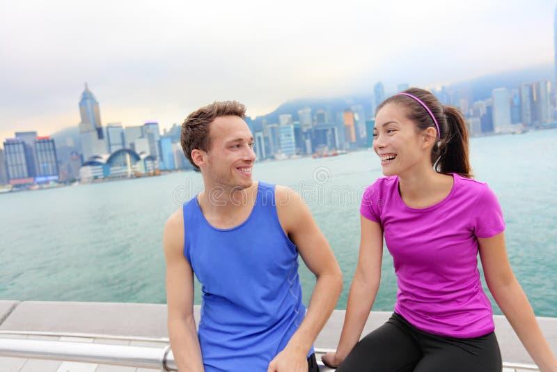 Läufer, die nach Training in Hong Kong-Stadt sich entspannen stockbild