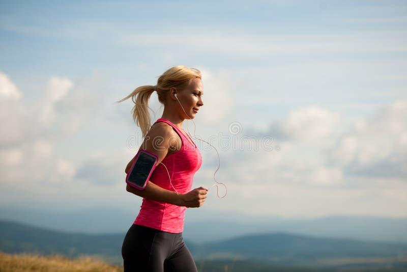 Läufer - Frau lässt Kundenberaterinland auf einem Weg im Frühherbst laufen stockfotos