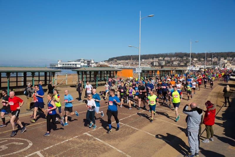 Läufer im Weston-Super-Stutenhalbmarathon Somerset am Sonntag, den 24. März 2019 lizenzfreies stockbild